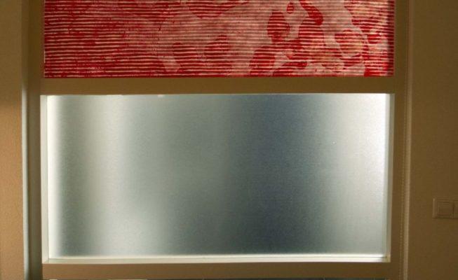 toepassing interieur, inkt op tyvek (voor glazen ruit), 140 cm, x 67,5 cm (kamerzijde), 2018